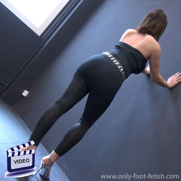 foot fetish streaming video mindy in black leggings black top and heels. Black Bedroom Furniture Sets. Home Design Ideas